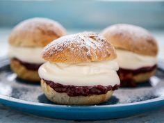 Fastelavnsboller Hamburger, Food To Make, Bread, Baking, Desserts, Recipes, Cakes, Pies, Mudpie