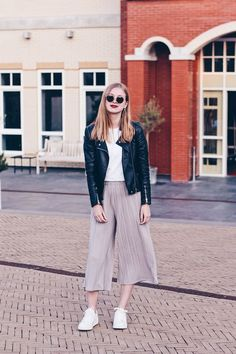 Wearing white sneakers with culottes in this outfit! // fashion blogger from Amsterdam, style, look, fashion, inspiration. March 2018
