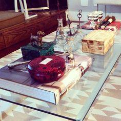 @tatianaalberich   Projeto TA - produção de mesa de centro cheia de detalhes fofos. O que mais amo é a caixa de malaquita com o cachorrinho no topo! #detalhes #living #caixas #decor #decoração #designlovers #designinteriores #instahome #interiordesign #voluspa #bykamy #caixadeosso #chic #mesadecentro #rug #futon