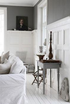 Beautiful gray living room with white beadboarding | Min Lilla Veranda