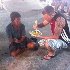 Restaurando a fé na humanidade  Como curtir uma comida oriental quando não se tem as mãos? Tenha um bom desconhecido por perto para ajudá-lo!