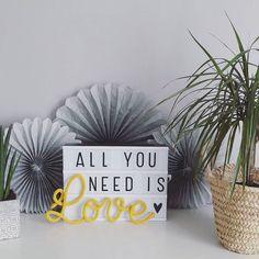 C'est mercredi joli ! Alors, je prends des forces auprès des miens  #lestricotinsdecom2filles #tricotin #lightbox #tricotinaddict #motsenlaine #love #allyouneedislove