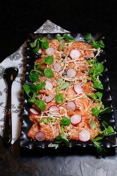 Préparation : 20 min Pour 6 personnes : -800 g de saumon Label Rouge coupé en carpaccio -4 cuillères à soupe de sauce soja -2 cuillères à soupe d'huile de sésame -1 cuillère à soupe de miel -1 filet de jus de citron -Radis -Graines de sésame -Cresson... Baked Salmon, 20 Min, Summer Recipes, Tapas, Label Rouge, Baking, Tableware, Ethnic Recipes, Summer Food