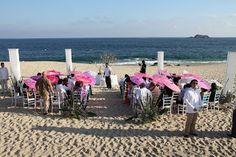 Si el sol esta fuerte para tu boda en playa utiliza sombrillas se ven super lindas Bodas Huatulco
