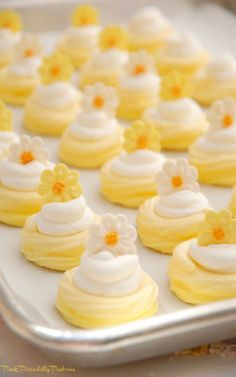 Today& recipe is super cute and super fun - Mini Lemonade Pavlovas! The shell is tart , the filling is sweet , and it& topped wi. Lemon Desserts, Lemon Recipes, Mini Desserts, Tea Recipes, Just Desserts, Sweet Recipes, Cookie Recipes, Delicious Desserts, Dessert Recipes