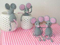 Zvědavé myšky :: Ušito s láskou Needs translation ! Crochet Mouse, Crochet Dolls, Knit Crochet, Crochet Animals, Guinea Pigs, Squirrel, Crochet Projects, Baby Dolls, Hello Kitty