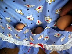 How to make a custom egg gathering apron – Craft projects for every fan! Sewing Crafts, Sewing Projects, Craft Projects, Sewing Hacks, Sewing Ideas, Diy Crafts, Apron Pattern Free, Apron Patterns, Egg Collecting Apron