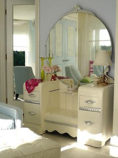 Shabby Chic Vanity ~ I just love this style of vintage vanity! Shabby Chic Decor, Vintage Decor, Vintage Furniture, Painted Furniture, Vintage Modern, Vintage Yellow, Deco Furniture, Bedroom Furniture, Refurbished Furniture