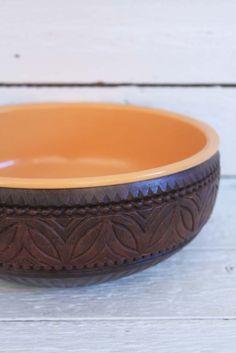Je ziet deze 70's schaal vaak in het oranje, maar juist in het geel vind ik 'm mooi en minder voor de hand liggend. Deze en meer retro Emsa items in onze online vintage boutique... www.sugarsugar.nl