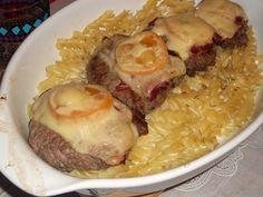 Hambúrgueres gratinados com queijo e massa