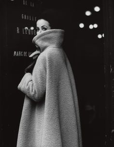 Gitta Schilling in a coat by Nina Ricci, photo by F. Gundlach, Paris 1962 Love this coat. 1960s Fashion, Look Fashion, Vintage Fashion, Fashion Coat, High Fashion, Sporty Fashion, Ski Fashion, French Fashion, Fashion Models