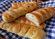 Česnekové bagety Hot Dog Buns, Hot Dogs, Bread And Pastries, Cooking Recipes, Food, Basket, Chef Recipes, Essen, Eten
