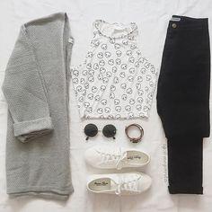 Look tênis branco e calça preta