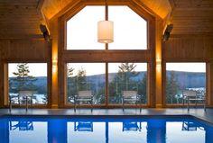 Vue magnifique de la piscine intérieure du GEOS Spa Sacacomie FSC Timber Architecture, Places To Travel, Photos, Relax, Windows, Spas, Live, Get Well Soon, Viajes