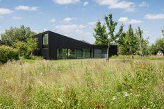 De klant droomde initieel van een huis opgebouwd uit verschillende volumes rond een groene ruimte. Omdat dit onmogelijk samen was...