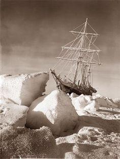 O Endurance, lendário navio do capitão irlandês Ernest Shackelton, encalhado no gelo antártido em 1915.