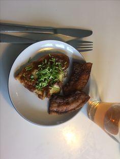 Godmorgen.  Lækker omelet af 1/2 æg og ca 10g piskefløde. 2 skiver stegt flæsk med barbecue krydderi. Og et glas kold grøn the.