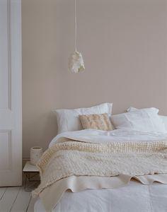 Bruin, kleur van aarde maar ook gezelligheid en geborgenheid, misstaat niet in een slaapkamer. Kleurgebruik: Chocolade, Suede, Warm Beige, Crème-wit en Grbeoken Wit. De kleuren uit het Flexa Strak op de muur palet zijn kleurvast en blijven dus lang mooi.
