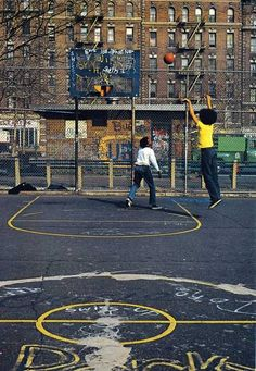 the Fringes [New York City, c. via UrbanMetaphysics] New York Basketball, Street Basketball, Basketball Court, Basketball History, Basketball Legends, Basketball Shoes, Basketball Couples, Basketball Tattoos, Basketball Diaries