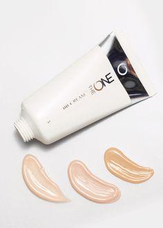Bálsamo de Belleza BB Cream SPF 30 The ONE (31594-96). Perfeccionador multi-beneficios que fusiona las propiedades de una base de maquillaje con los beneficios de un tratamiento facial. Un bálsamo con color de textura ligera que cuida la piel y enmascara las manchas y las imperfecciones combinando las ventajas de los cuidados hidratantes, correctores, reparadores y potenciadores de la luminosidad. Apto para todo tipo de pieles. Uso diario. Sin aceites. SPF 30.