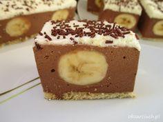 Pyszny czekoladowy sernik na zimno z bananami pod puszystą śmietanką idealnie sprawdzi się na imprezy i nadchodzące święta