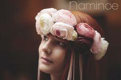 Couronne de fleurs pivoines rosées et tresse cuir par Naminoe