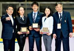 愛知県スポーツ功労賞を受賞した(左2人目から)浅田真央さん、木原龍一さん、鈴木明子さん。左は大村愛知県知事、右は河村名古屋市長=名古屋市の日本ガイシアリーナで