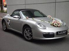 décoration de voiture pour mariage avec une composition florale en roses