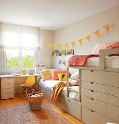 Habitación infantil con litera tipo tren y zona de estudio bajo la ventana