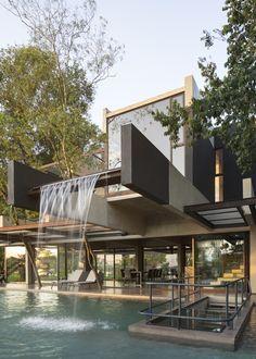 Hillside House in San Bernardino by Bauen Moderne Architektur- Modern Architecture Modern Villa Design, Hillside House, Luxury Homes Dream Houses, Dream House Exterior, House Exteriors, Dream Home Design, Industrial House, Home Fashion, Exterior Design