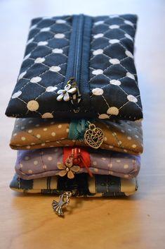 LOVE the little charms on these! CheRRy's World: DIY Täschchen mit Zipp LOVE the little charms on these! CheRRy's World: DIY Täschchen mit Zipp - Alles zum Nähen Diy Bag With Zipper, Zipper Bags, Zipper Pouch, Zipper Pulls, Sewing Hacks, Sewing Tutorials, Sewing Crafts, Sewing Patterns, Sewing Kit
