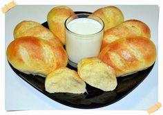 El pan de leche es un tipo de bollito de miga muy tierna, sabor suave y corteza fina. Es perfecto para desayunos y meriendas, aunque también se puede utilizar para hacer pequeños bollitos de aperitivo rellenos de lo que queramos. Y lo más importante, son muy fáciles de