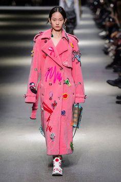 Burberry Prorsum at London Fashion Week Spring 2018 - Runway Photos Elle Fashion, Fashion 2018, Fashion Week, Latest Fashion Trends, Runway Fashion, London Fashion, Fashion Mode, Fashion Fashion, Fashion Online