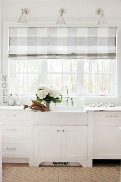 Awesome 70 Pretty Farmhouse Kitchen Curtains Decor Ideas https://roomadness.com/2018/01/14/70-pretty-farmhouse-kitchen-curtains-decor-ideas/