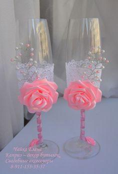 Pretty in pink bridesmaids – Artofit Wedding Wine Glasses, Diy Wine Glasses, Decorated Wine Glasses, Wedding Champagne Flutes, Wine Glass Crafts, Wine Bottle Crafts, Bottle Art, Quinceanera Decorations, Wedding Decorations