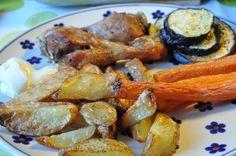 Fredagskyllingen blev til en marineret lørdagskylling. Marinerede kyllingelår, hjemmelavede pommes frites, grillet aubergine og ovnbagte gulerødder. Dagens kyllingemenu