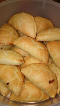 In voedselverwerker: 335 ml koekmeel, 100 ml botter en knippie sout. gooi 60 ml koue water bietjie bietjie by tot deeg vorm. Druk bymekaar en draai in kleefplastiek toe. Plaas in yskas vir 30 minute. Pastry Recipes, Tart Recipes, Baking Recipes, Kos, Savory Snacks, Savoury Dishes, Savoury Bakes, South African Recipes, Bread And Pastries