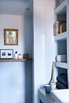 La salle de bains de la maison de pêcheurs à Nantes : carrelage bleu ciel au mur et étagères murales