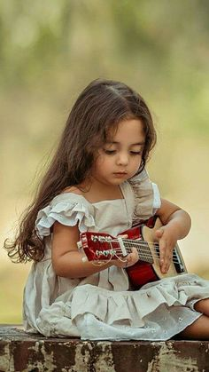 Music for CHILDREN ♫ Kids Babies ❤️ 💛 💚 💙 💜 Little girl with her little guitar (six strings). When I was about this size, I learned to play my Mom's ukulele strings). Precious Children, Beautiful Children, Beautiful Babies, Beautiful People, Little People, Little Ones, Little Girls, Poses, Kind Photo