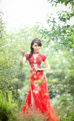 ao dai, a modern take on the Traditional Vietnamese Wedding dress. The chance to wear a dress like this is reason enough for any young Australian Married Couple to wish for a Vietnamese Ceremony also ;P