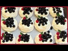Mini Pavlova se šlehačkou. - YouTube Mini Pavlova, 20 Min, Mini Cupcakes, Sweet Recipes, Cheesecake, Desserts, Food, Youtube, Biscuits