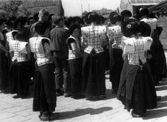 Afbeelding van een groep kinderen in klederdracht op een schoolplein te Eemdijk (gemeente Bunschoten). 1948 WF van Heemskerck Düker (fotograaf) #Utrecht #Spakenburg