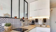 """Dans la cuisine, la verrière fait mouche. Pour séparer la pièce du salon ou de la salle à manger, faire rentrer la lumière ou encore donner un look """"atelier d'artiste"""" aux espaces, ces vitraux industriels sont parfaits. Tour d'horizon de 25 cuisines d'appartement qui ont trouvé leur style grâce aux verrières."""