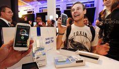 Consumidores fizeram fila em Berlim, na Alemanha, para adquirir o novo smartphone Galaxy S III, da Samsung (Foto: Fabrizio Bensch/Reuters)