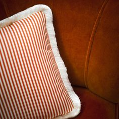 The little chevron animates Dialogo, a washable, fire-retardant, crease-resistant, hard-wearing fabric. Suitable for both upholstery applications and drapes. Dedar Fabric, Orange Fabric, Art Of Living, Decorative Cushions, Chevron, Fabric Patterns, Upholstery, Stripes, Throw Pillows