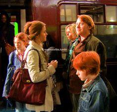 Weasly Family Harry Potter Ron Weasley, Cute Harry Potter, Mundo Harry Potter, Ron And Hermione, Harry Potter Ships, Harry Potter Jokes, Harry Potter Pictures, Harry Potter Universal, Harry Potter Fandom