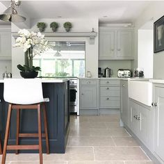 Trendy kitchen cabinets two tone color combos interior design Two Tone Kitchen Cabinets, Kitchen Cabinet Colors, Kitchen Units, Kitchen Colors, Coloured Kitchen Cabinets, Two Toned Kitchen, Black Cabinets, Kitchen Handles, Green Kitchen