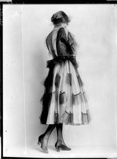 """Modeentwurf der """"Wiener Werkstätte"""" Description: Dame in einem Kleid und einem Topfhut, von Eduard Josef Wimmer-Wisgrill entworfen Creator: Madame d'Ora, Atelier Date: 1920-03-29"""