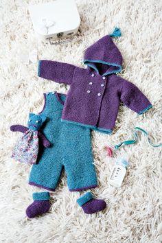 Une tenue de lutin pour bébé, composée d'une salopette, un cardigan et des chaussons tricotés en alpaga