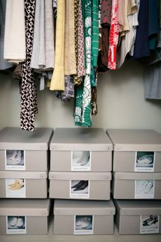 Schuhe machen sich in einheitlichen Kartons mit Fotos darauf besonders gut.
